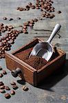 Gemahlenen Kaffeebohnen in einer Schublade eine alte Kaffeemühle gehören