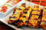Brochettes de saté poulet grillé avec trempettes