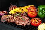 Steak, de légumes et de maïs en épi sur une grille
