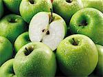 Pommes Granny Smith, les entiers et les moitiés (remplit l'écran)