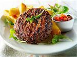 Hamburgers grillés avec frites et salade