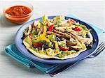 Chicken Taco Salat auf eine Tortilla; Kleine Schale mit Salsa
