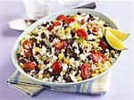 Le sud-ouest de la salade de riz avec des haricots noirs, maïs et tomates