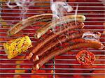 Saucisses de fumer sur une grille