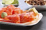 Sashimi, Wasabi, Pilze und Limetten