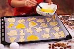 Ungekocht Kekse mit Eigelb gebürstet werden