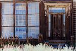 Fenster und Tür des Gebäudes, Bodie State Historic Park, Kalifornien, USA