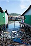 Ordures jonchaient le rivage dans le Village de pêcheurs, Sianhoukville, Cambodge