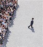 Homme d'affaires marche loin de la foule frappant