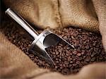 Jute-Sack mit Schaufel und Kaffeebohnen