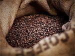 Grains de café en sac de jute