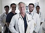 Portrait de sourire de médecins et infirmières dans le couloir de l'hôpital