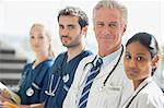 Portrait de sourire de médecins et infirmières d'affilée