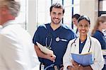 Portrait de sourire de médecin et une infirmière à l'hôpital