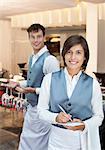 Porträt lächelnder Kellner und Kellnerin im restaurant