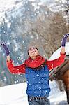 Femme heureuse jeter la neige et le Levant