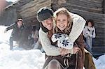 Portrait of smiling paar umarmt mit Freunden im Hintergrund
