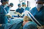 Bewusstlosen Patienten wird betrieben von einem Team von Chirurgen