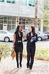 Zwei Geschäftsfrauen zu Fuß