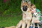 Garçon embrassant deux chiens
