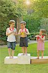 Kinder stehen auf Karton Podium mit Medaillen