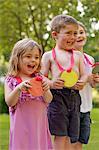 Sourire d'enfants tenant des médailles en carton