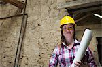 Bauarbeiter tragen Blaupausen