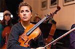 Violine Spieler sitzt in der Praxis