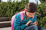 Mädchen mit Handy auf Schritte im freien