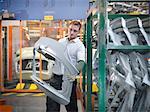 Inspection des pièces de voiture dans l'usine automobile de travailleur