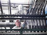 Travailleur avec pièces usine automobile