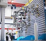 Arbeitnehmer diskutieren Messung Vorrichtung für Autoteile in Autofabrik