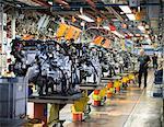 Travailleurs sur ligne de production de moteurs en usine automobile