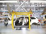 Inspection à l'intérieur de la voiture dans l'usine automobile de travailleur