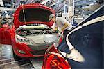 Travailleur Assemblée voiture en usine automobile