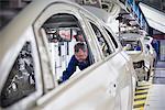 Travailleur raccord insonorisation pour voiture en usine automobile