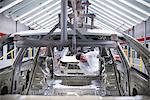 Travailleur en inspectant la carrosserie en usine automobile