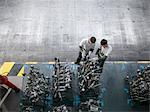 Vue d'angle élevé des ingénieurs inspecter les pièces de la presse en usine automobile