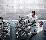 Portrait de grand angle d'ingénieurs inspecter les pièces de la presse en usine automobile