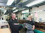 Travailleurs dans l'usine de vêtements en tissu