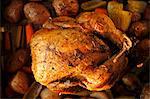 Gratuit poulet entier rôti aux herbes dans une poêle avec les légumes bio
