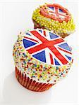 Deux petits gâteaux décorés avec Union Jacks