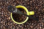 Une tasse de café expresso et d'une cuillère sur un tas de grains de café