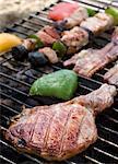 Une côtelette de porc, bacon et brochettes sur le barbecue