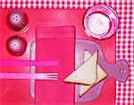 Un cadre de place rose avec triangles de pain grillé