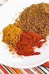 Indische Gewürze: Chilipulver, Currypulver und gemahlener Kreuzkümmel