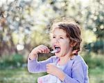 Ein kleines Mädchen essen mit Genuss