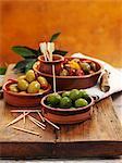 Différents types d'olives en bols