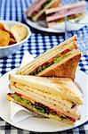 Ein Club-Sandwich (Huhn, Salat, Tomaten und Mayonnaise)