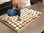 Cupcakes citron étant caramélisés avec un brûleur à gaz